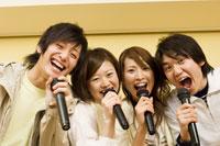 カラオケで歌う若者たち 28057000405  写真素材・ストックフォト・画像・イラスト素材 アマナイメージズ