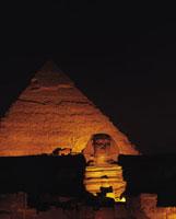 夜のスフィンクスとピラミッド