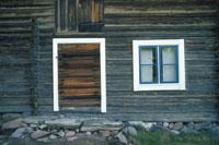 小屋のドアと窓