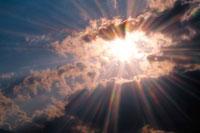 雲の隙間と太陽