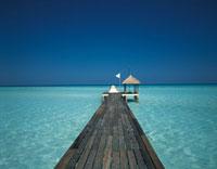 青い海と黒い桟橋