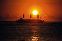 夕陽と客船