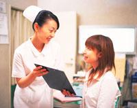 看護師と患者 28144082121| 写真素材・ストックフォト・画像・イラスト素材|アマナイメージズ