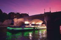 観光船とセーヌ川