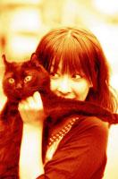 ネコを抱える女性