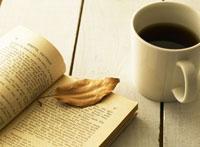 コーヒーと本と枯葉 28144088367| 写真素材・ストックフォト・画像・イラスト素材|アマナイメージズ