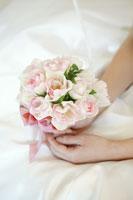 ブーケを持つ花嫁の手