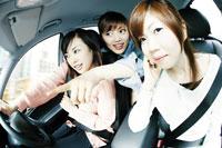 車に乗った3人の女性