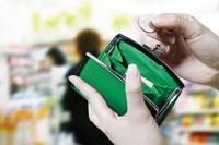財布を広げる手