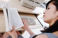 パソコンを使う女性 28144090680  写真素材・ストックフォト・画像・イラスト素材 アマナイメージズ