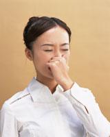 鼻を押さえる女性 28144091634| 写真素材・ストックフォト・画像・イラスト素材|アマナイメージズ