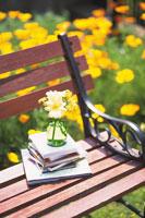 ベンチの上の本と花