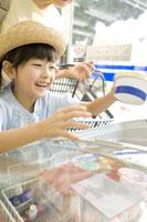 コンビニで買い物をする少女 28174001004| 写真素材・ストックフォト・画像・イラスト素材|アマナイメージズ