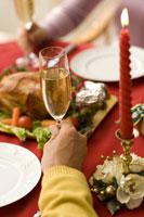 クリスマスディナーを囲む夫婦の手元