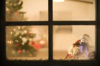 窓に積もった雪とクリスマスの飾り