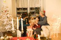 クリスマスにソファで乾杯をする家族