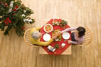 クリスマスディナーを囲むシニア夫婦