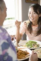 食事する夫婦 28174005390| 写真素材・ストックフォト・画像・イラスト素材|アマナイメージズ