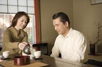 お茶をする夫婦 28174005428| 写真素材・ストックフォト・画像・イラスト素材|アマナイメージズ