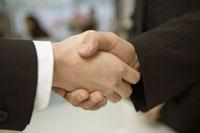 握手する2人の人