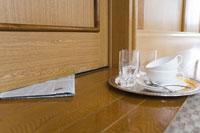 新聞紙と使い終わった食器