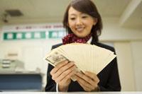 紙幣を数える女性