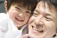 笑顔の父と子 28174006209| 写真素材・ストックフォト・画像・イラスト素材|アマナイメージズ