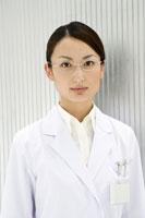 眼鏡をかけた女性研究員