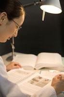 ノートを見る女性研究員