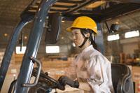 フォークリフトを運転する女性作業員