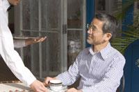 カフェで注文をする男性 28174006534| 写真素材・ストックフォト・画像・イラスト素材|アマナイメージズ