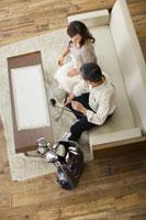ソファに座り会話をする夫婦 28174006598| 写真素材・ストックフォト・画像・イラスト素材|アマナイメージズ