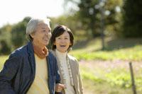 散歩をする日本人夫婦