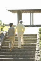 散歩する日本人夫婦 28174006617  写真素材・ストックフォト・画像・イラスト素材 アマナイメージズ