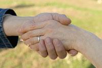 手を繋ぐ日本人夫婦