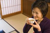 旅館でお茶を飲む女性