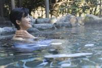 温泉にはいる女性 28174006654| 写真素材・ストックフォト・画像・イラスト素材|アマナイメージズ