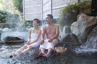 温泉に入る夫婦