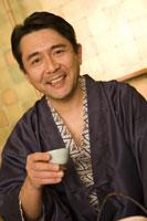 酒を飲む浴衣の男性 28174006686| 写真素材・ストックフォト・画像・イラスト素材|アマナイメージズ