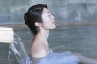 温泉に入る女性 28174006747| 写真素材・ストックフォト・画像・イラスト素材|アマナイメージズ