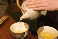 お茶を入れる女性