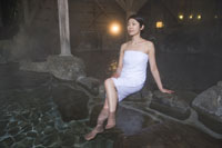 温泉に入る女性 28174006765| 写真素材・ストックフォト・画像・イラスト素材|アマナイメージズ
