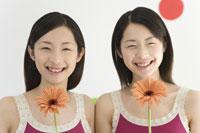 花を持つ姉妹 28174006994| 写真素材・ストックフォト・画像・イラスト素材|アマナイメージズ