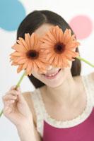 花を持つ女性 28174006996| 写真素材・ストックフォト・画像・イラスト素材|アマナイメージズ
