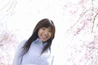 枝垂桜と女性 28174007045| 写真素材・ストックフォト・画像・イラスト素材|アマナイメージズ