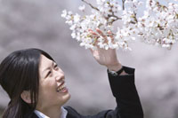 桜と笑顔の女性
