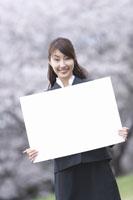 白い紙を持った女性