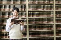 図書室で本を読む女子高生