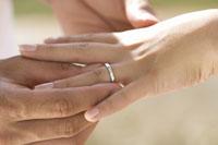指輪とカップルの手