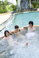 プールに入る若者 28174007260| 写真素材・ストックフォト・画像・イラスト素材|アマナイメージズ